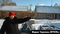 Пострадавшая от браконьеров Анастасия Копылова на фоне турбазы, незаконно построенной в тайге