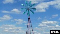 Ветровая установка, позволяющая доставать воду, на территории крестьянского хозяйства. Карагандинская область, сентябрь 2009 года.