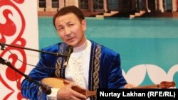 Бақыт Жағыпарұлы айтысып отыр. Астана, 8 шілде 2013 жыл.