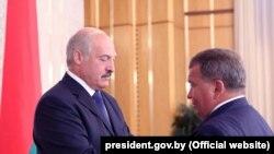 Лукашэнка ўзнагароджвае Юрыя Чыжа ордэнам Айчыны ІІІ ступені. 2013 год
