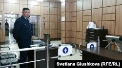 Пропускной пункт при входе в городской суд. Астана, 29 марта 2016 года.
