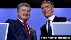 Украина президенті Петр Порошенко (сол жақта) мен НАТО бас хатшысы Йенс Столтенберг. Брюссель, 12 шілде 2018 жыл.