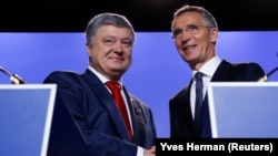 უკრაინის პრეზიდენტი პეტრო პოროშენკო და ნატოს გენერალური მდივანი იენს სტოლტენბერგი