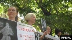 Интернетке бақылау орнату заңына наразылық акциясына қатысушылардың қолында Қуанышьек Есекеевтің суреті салынған плакат. Алматы, 24 маусым, 2009 жыл.
