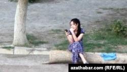 Türkmenistanly gyz telefonda jaň edýär