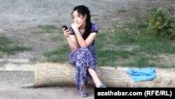Elinde mobil telefonly türkmen gyzy