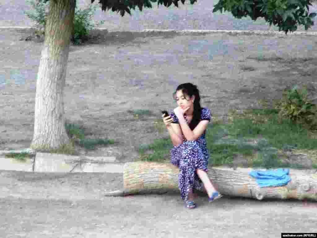 Mobil telefonly bir gyz