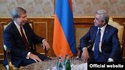 Джеймс Уорлик (слева) и Серж Саргсян, Ереван, 10 июня 2015 г.