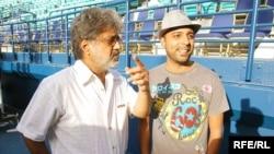 آرش همراه با داریوش در کنسرت دوبی (عکس: RFE/RL)