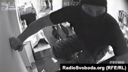 Боєць «Соколу» намагається вивести камери з ладу