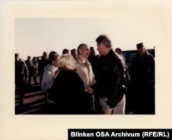 Bill Clinton amerikai elnök a taszári légibázison Donald Blinken budapesti amerikai nagykövettel, 1996. január 13.