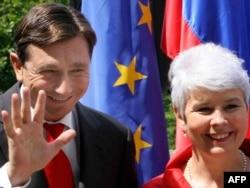 Pahor (Borut) je potpisao jedan ugovor u kojem Slovenija unapred daje pravo Hrvatskoj da uđe u EU a onaj deo koji se odnosio na granicu i koji je bio za nas presudan, Hrvati nisu nikada ispunili.' (Borut Pahor i bivša premijerka Hrvatske Jadranka Kosor)