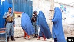 Афганские женщины идут на избирательный участок. Джелалабад, 5 апреля 2014 года.