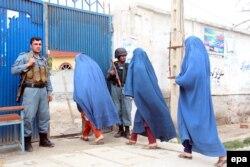 Дауыс беру орталығын күзетіп тұрған полиция. Ауғанстан, 5 сәуір 2014 жыл.