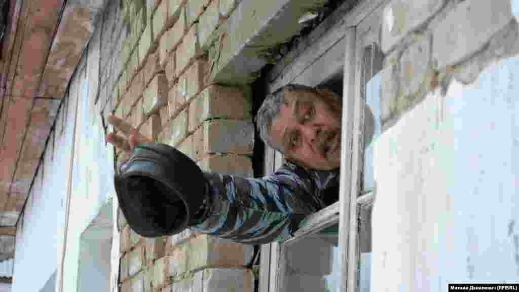 На кухне в бывшей квартире Алексея Чистина – дыра в потолке. Деревянные рамы окон заметно отходят от кирпичей.