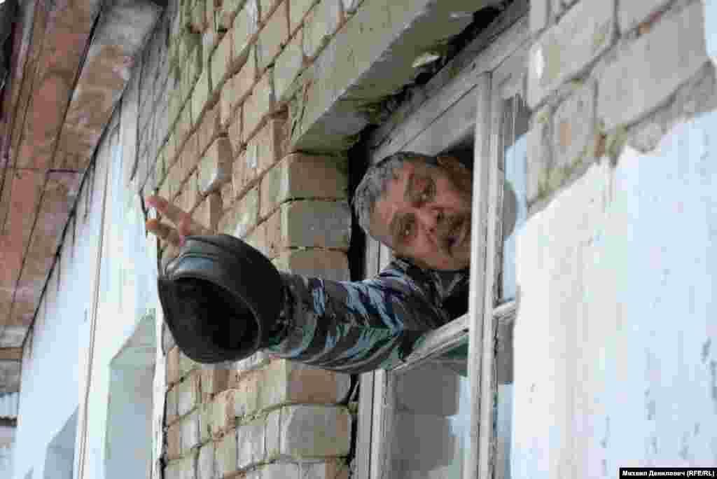 На кухне в квартире Алексея Чистина – дыра в потолке. Деревянные рамы окон заметно отходят от кирпичей.