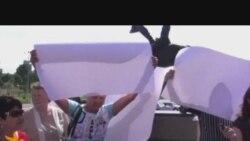 Акция протеста с пустыми плакатами