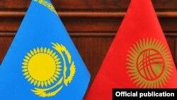 Флаги Казахстана и Кыргызстана.