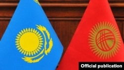 Слева направо – флаги Казахстана и Кыргызстана.