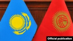 Флаги Кыргызстана и Казахстана.