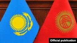 Флаг Казахстана (слева) и флаг Кыргызстана.