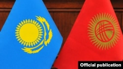 Флаги Казахстана (слева) и Кыргызстана.