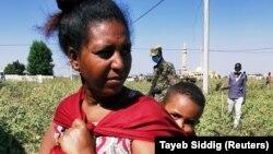 Tigréből menekült nő és gyermeke a szudáni menekülttáborban al-Fashqua-ban, 2020. november 13-án.