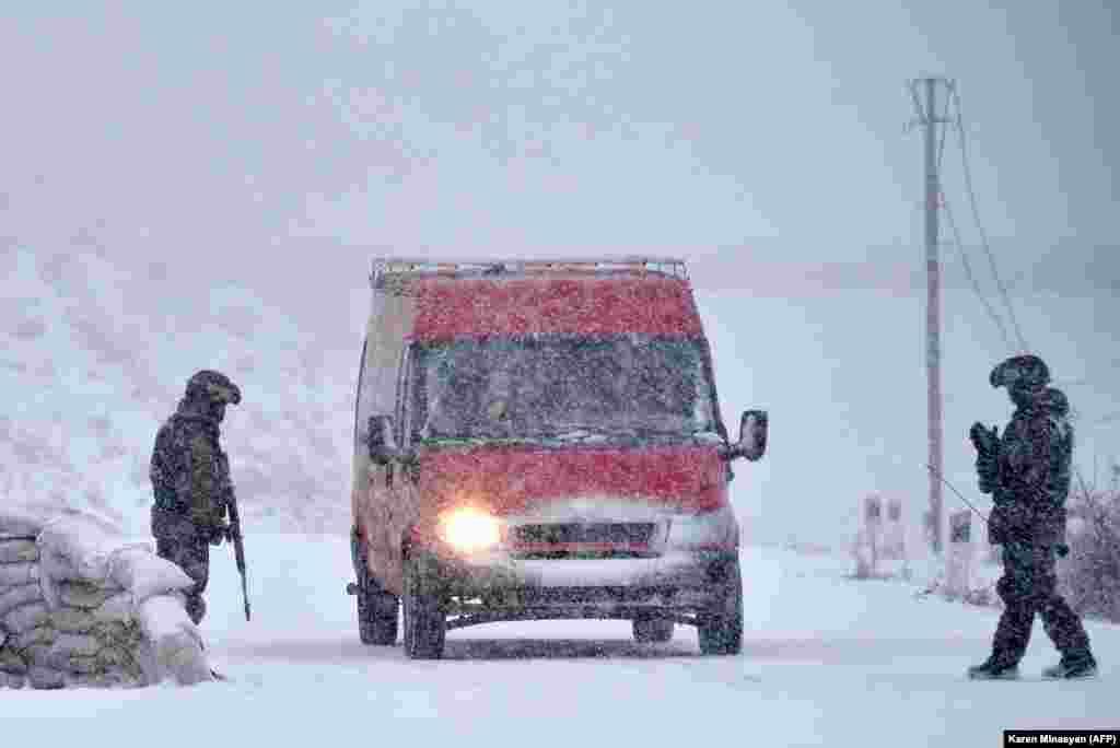 Российские миротворцы на блокпосту на окраине Степанакерта. 29 ноября 2020 года. После шести недель боев между силами этнических армян и азербайджанской армией 9 ноября при посредничестве Москвы было подписано соглашение о прекращении огня. В соответствии с соглашением в Нагорный Карабах прибыло около двух тысяч российских военных.