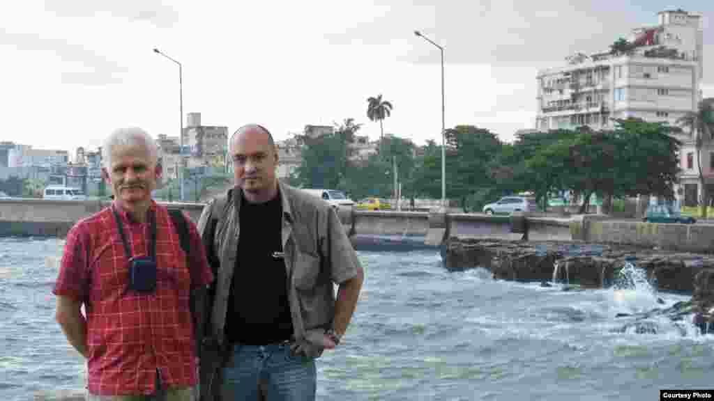 Алесь Бяляцкі і Валянцін Стэфановіч падчас праваабарончай місіі на Кубе. Гавана, 2008 г.