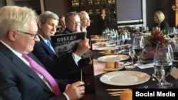 Джон Керри рассматривает подаренную Сергеем Лавровым футболку
