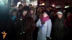 Мітингувальники у Дніпропетровську під дощем вимагають імпічменту президента