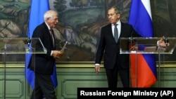 Изгонването на дипломатите дойде по време на посещението на върховния представител на Европейския съюз по въпросите на външните работи и политиката на сигурност Жозеп Борел в Москва. Там той се срещна с руския външен министър Сергей Лавров