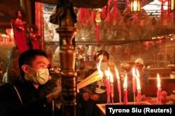 Чоловіки в храмі Маньмоу у Гонконзі, 11 лютого 2021 року