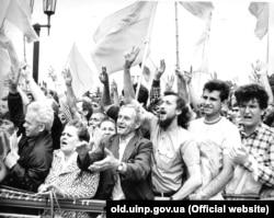Митинг возле Верховного Совета во время принятия Декларации о государственном суверенитете Украины. Киев, 16 июля 1990 года
