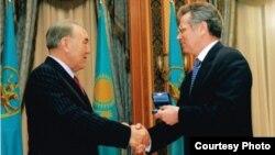 Ղազախստանի նախագահ Նուրսուլթան Նազարբաևը պարգևատրում է Ալմաթիի այժմ նախկին քաղաքապետ Վիկտոր Խրապունովին, արխիվ