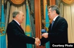Отец Ильяса Виктор Храпунов (справа) получает государственную награду из рук бывшего президента Казахстана Нурсултана Назарбаева.