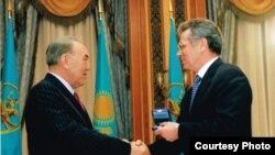 Президент Казахстана Нурсултан Назарбаев вручает государственную награду - орден «Первый Президент Республики Казахстан - Лидер Нации Нурсултан Назарбаев» - Виктору Храпунову, на тот момент акиму Восточно-Казахстанской области. Астана, 12 декабря 2005 года.