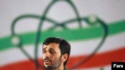 محمود احمدی نژاد، رييس جمهوری اسلامی ايران روز دوشنبه، بيستم فروردين ماه را به مناسبت نخستين سالگرد توليد اورانيوم غنی سازی شده به منظور به دست آوردن سوخت هسته ای، « روز ملی فناوری هسته ای» اعلام کرد.
