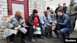 Украина бош вазири Гройсман ёнғин ҳудудидан эвакуация қилинган одамлар билан. 23 март, 2017 йил.