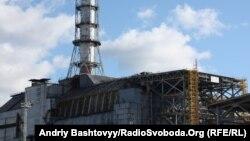 Саркофаг над зруйнованим четвертим енергоблоком Чорнобильської атомної електростанції
