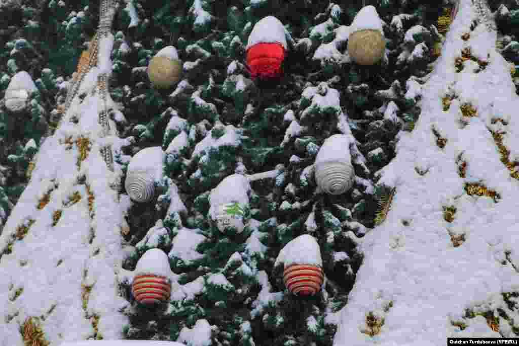 Жаңа жылдық шыршаға 350 ойыншық және жалпы ұзындығы 480 метрлік жылтырақ ілінді.