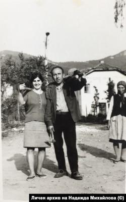 """Надежда Михайлова и съпругът й през 1990 г. И двамата """"емигрират"""" от София на село след падането на комунизма. Снимката е от личния им архив."""