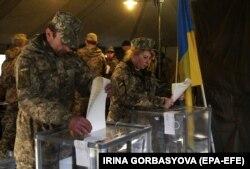 Українські військовослужбовці голосують на виборчій дільниці у військовому шпиталі. Маріуполь, 31 березня 2019 року