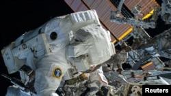 Astronauti amerikan Terry Virts duke punuar në Stacionin Ndërkombëtar të Gjtihësisë