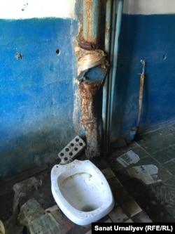 Ақсайдағы жатақхананың ортақ дәретханасы. Батыс Қазақстан облысы, 17 қыркүйек 2016 жыл.