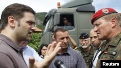 Српскиот преговарач Борислав Стефановиќ и германскиот генерал Ерхард Билер разговараат на пат во селото Рударе во близина на Звечан на 29 јули 2011 година.