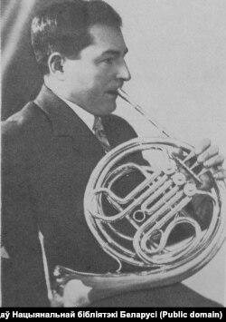 Адам Русак іграе на валторне. 1950-я гг.