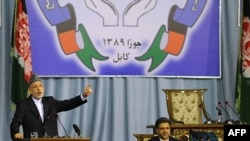 Owganystanyň prezidenti Hamit Karzaý parahatçylyk gurultaýynda çykyş edýär, 2-nji iýun, 2010-njy ýyl.