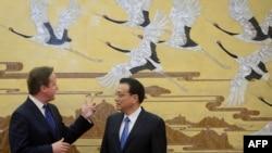 Ұлыбритания премьер-министрі Дэвид Кэмерон (сол жақта) мен Қытайдың үкімет жетекшісі Ли Кэцян. Пекин, 2 желтоқсан 2013 жыл.
