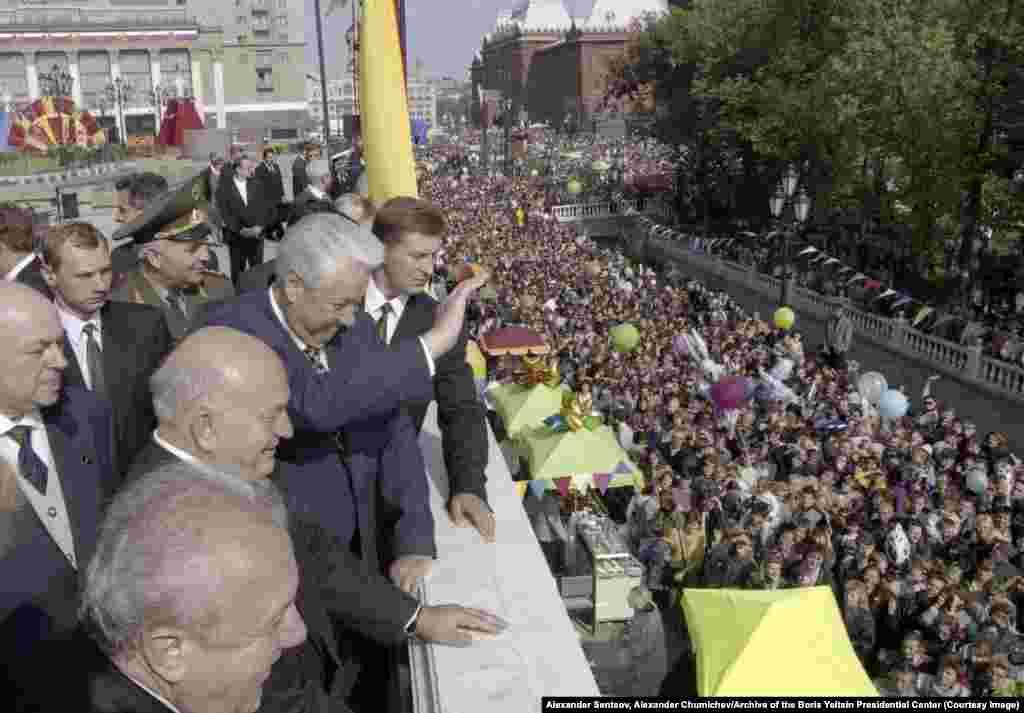 """Борис Ельцин Мәскеудегі """"Манеж"""" көрме кешені ашылуында жұртқа қол бұлғап тұр. 1997 жылдың қыркүйегі."""